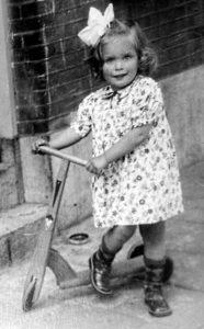 Paula op de step: twee jaar oud