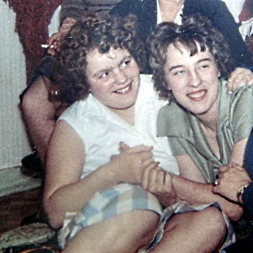 Foto van Paula als tienjarige (links). Gewicht: 104 kilo.