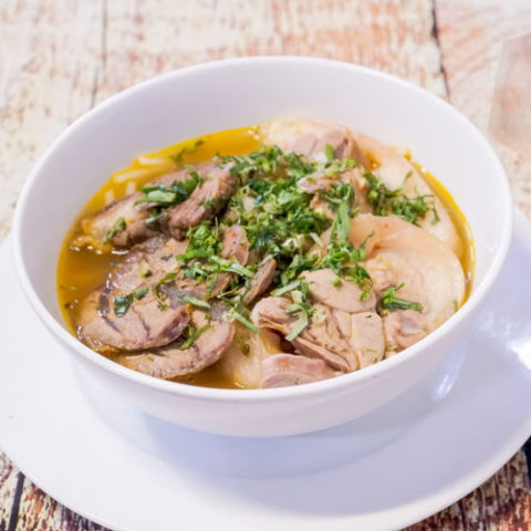 Afbeelding van Thaise kippensoep in witte soepkom