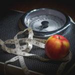 Afbeelding 'Mijn mislukte appeldag': een appel en een meetlint op een weegschaal